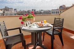 49-terraza con desayuno y vistas